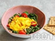 Нисковъглехидратни поширани яйца със спанак, домати и кедрови ядки